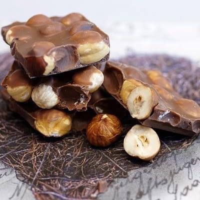 שוקולד על שולחן עם לב